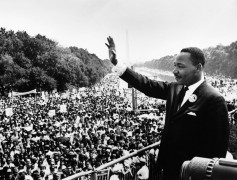 <p>Martin Luther King pronuncia un discurso junto al memorial de Lincoln. Washington, 1963</p>