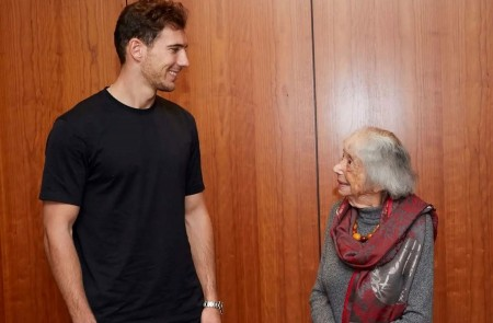 <p>Leon Goretzka con Margot Friedländer, superviviente del Holocausto.</p>