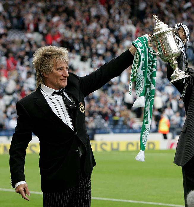Rod Stewart posa con la Copa Escocesa del Celtic el 26 de mayo del 2007 (Phil Cole)
