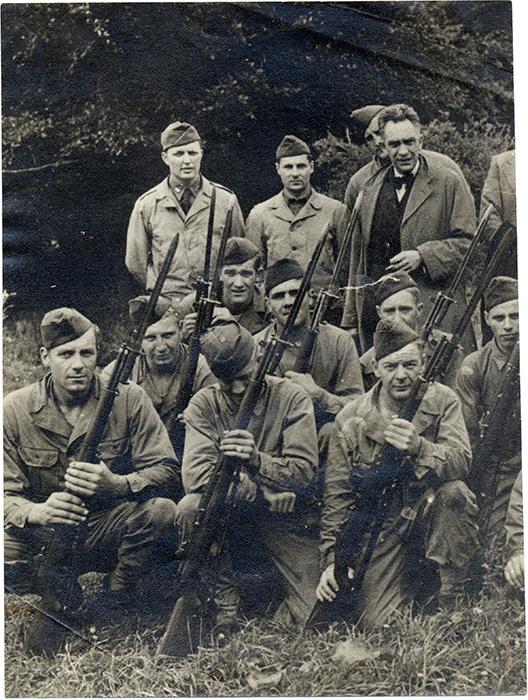 Manuel Chaves Nogales, empotrado entre soldados en el Reino Unido durante la Segunda Guerra Mundial