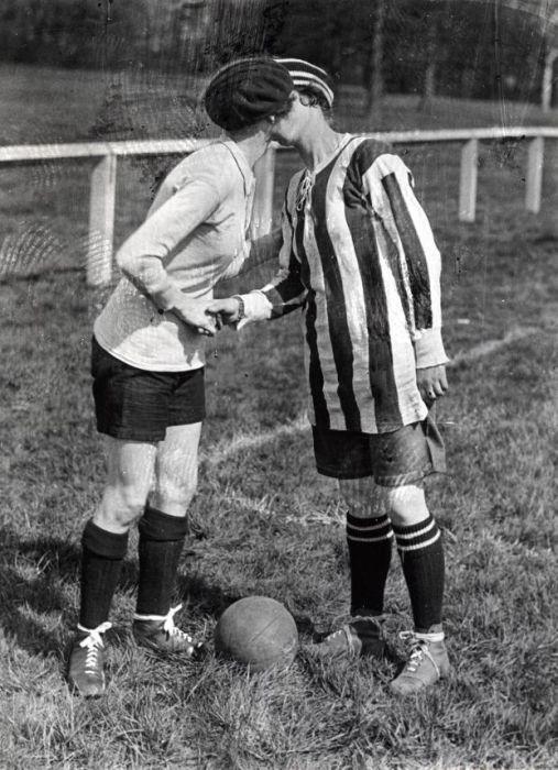 La capitana del Dick, Kerrs Ladies besa a la capitana del equipo  contrincante antes de un partido en Preston, Inglaterra en 1920. Cuando se quitaban el sombrerito, las obreras de la munición eran torreones formidables y ágiles.
