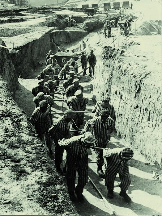 <p>Presos españoles arrastrando una vagoneta de tierra, foto presentada por Francisco Boix en los juicios de Dachau y Núremberg. [National Archives II, College Park, Maryland, Estados Unidos].</p>
