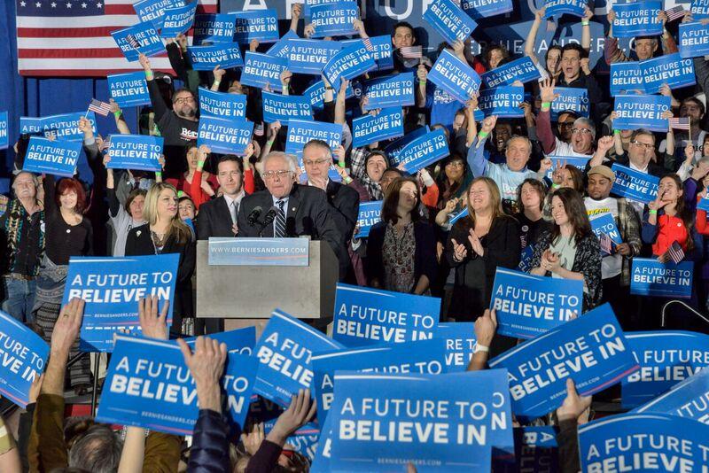 <p>Bernie Sanders pronuncia su discurso de la victoria tras lograr el 60% de los votos en las primarias de New Hampshire.</p>