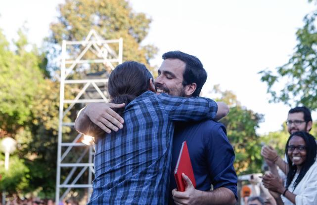 <p>Iglesias y Garzón se abrazan durante el mitin de Alicante.</p>
