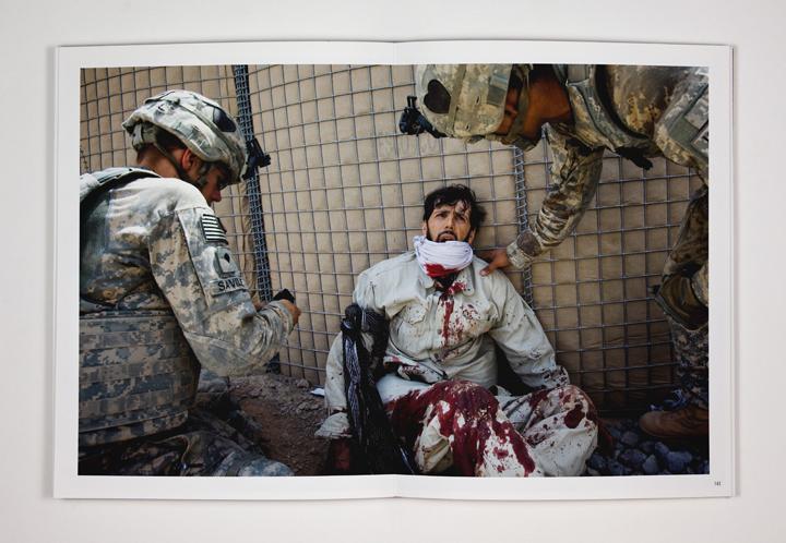 <p>Médicos estadounidenses de la base de operaciones de Howz-e- Madad tratan a un empleado afgano de una compañía de seguridad privada, quien ha resultado gravemente herido. El miliciano afgano estaba custodiando un convoy de la OTAN cuando fue emboscado por los talibanes. 17 de julio de 2010, Zhari District, provincia de Kandahar, Afganistán.</p>