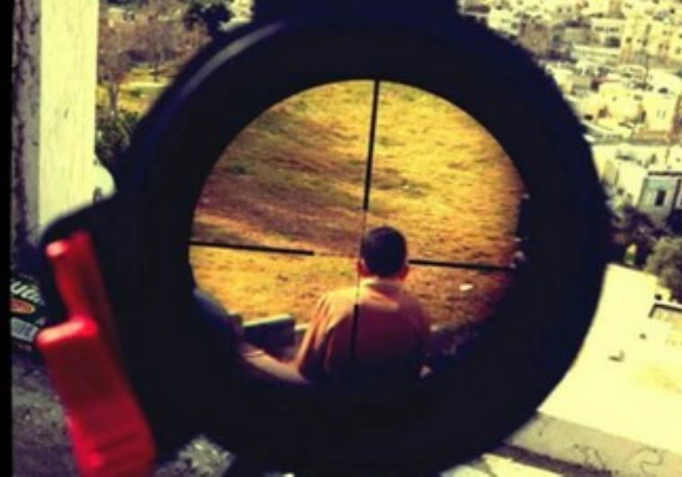 <p>Foto colgada por un soldado israelí en su Instagram de un niño palestino en la mirilla de su fusil.</p>