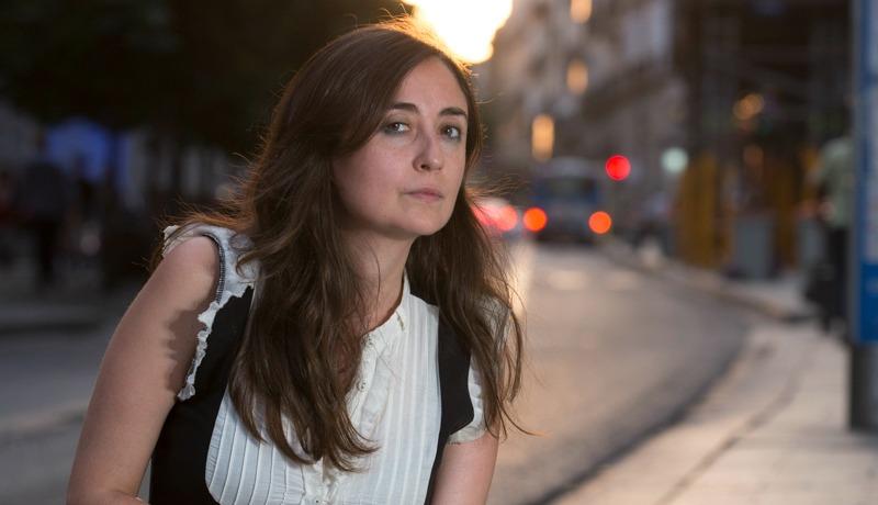 <p>La escritora Elvira Navarro, en la Gran Vía madrileña.</p>