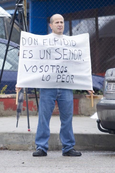 <p>Manisfestante en la Audiencia Nacional en San Fernando de Henares.</p>