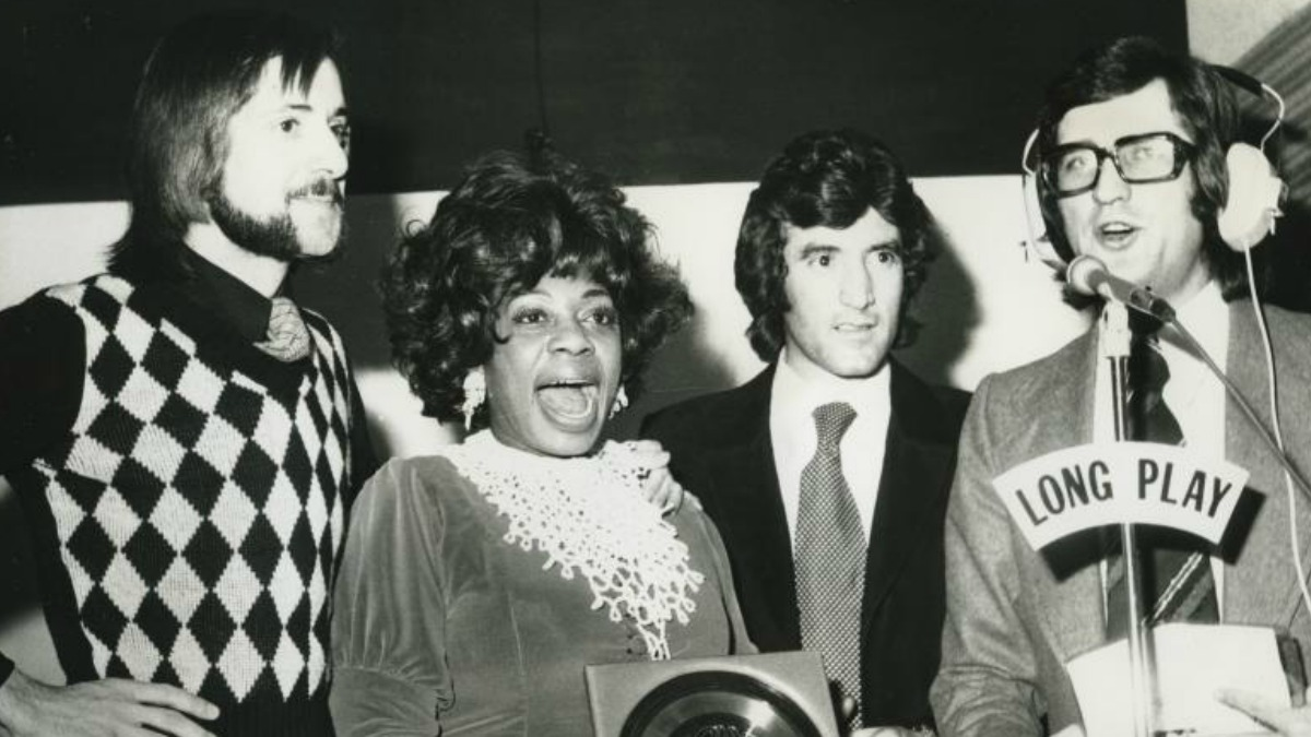 <p>Donna Hightower recibe un premio de la Cadena SER. La cantante se estableció en España en 1969, donde vivió largos años y trabajó sin parar, con un buen montón de discos y conciertos a sus espaldas.Expuesta en<em>Una crónica del jazz en Madrid</em>.</p>