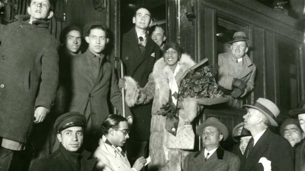 <p>8 de febrero de 1930. Joséphine Baker, en la Estación del Norte de Madrid, desciende del tren que la ha traído de París, rodeada de curiosos, periodistas y fotógrafos. Expuesta en <em>Una crónica del jazz en Madrid</em>.</p>
