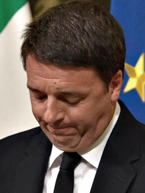 <p>El presidente de Italia, Mateo Renzi, dimite tras la victoria del referéndum sobre la Constitución italiana.</p>