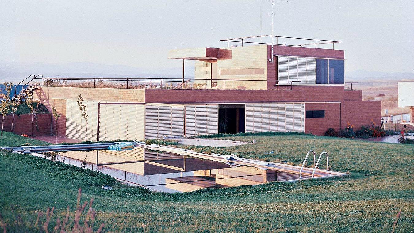 """<p>""""Casa toda acaracolada, se abre y se cierra sobre sí misma. El campo debe ser muy respetado"""", reza la memoria de la casa Guzmán, hoy demolida.</p>"""