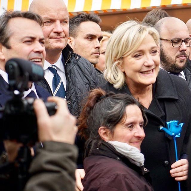 <p>Marine Le Pen posa el pasado 13 de febrero con una simpatizante del FN en el mercado deCours Saleya en Niza.</p>
