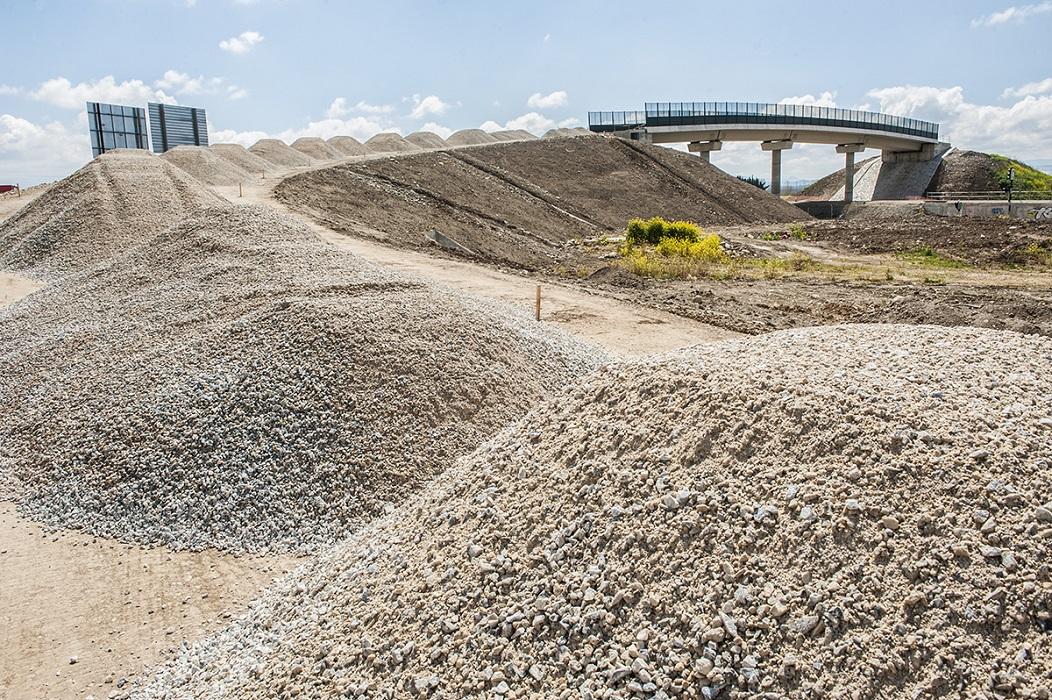 <p>Uno de los puentes a medio construir de la paralizada autovía a Córdoba.</p>