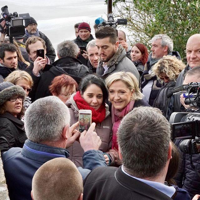 <p>Marine Le Pen haciéndose fotos en las murallas del Mont Saint Michel.</p>