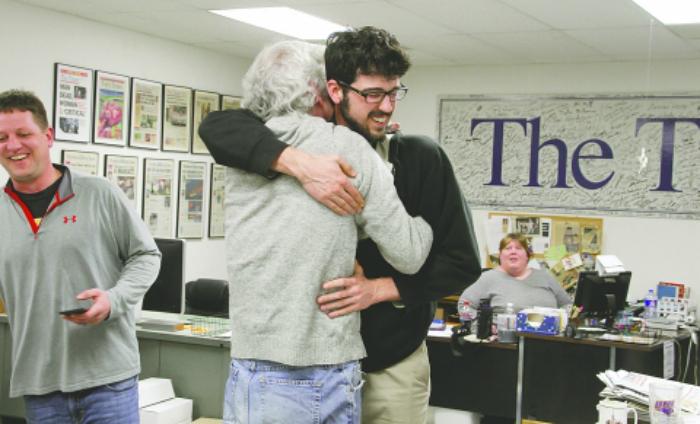 <p>Fotografía publicada por <em>The Storm Lake Times</em> tras ganar el premio Pulitzer. Art Cullen se abraza con su hijo Tom.</p>
