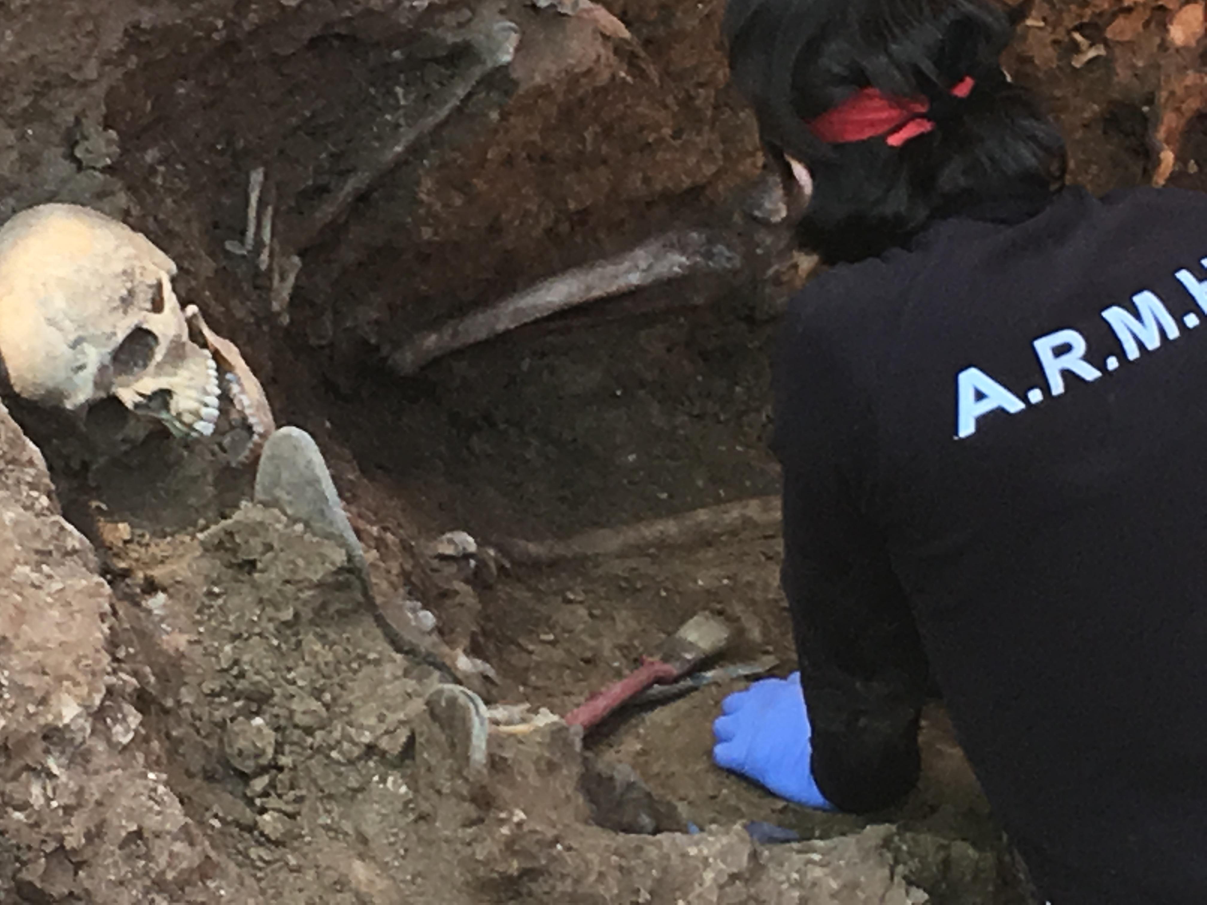 <p>David, miembro de la ARMH, trabaja en los restos encontrados en la fosa nº 1 del cementerio de Guadalajara.</p>