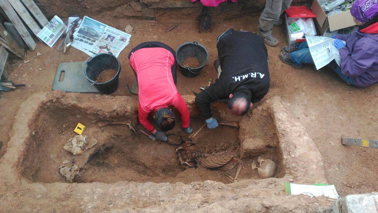 <p>Miembros de la ARMH trabajan en la exhumación de la fosa nº 1 del cementerio de Guadalajara.</p>