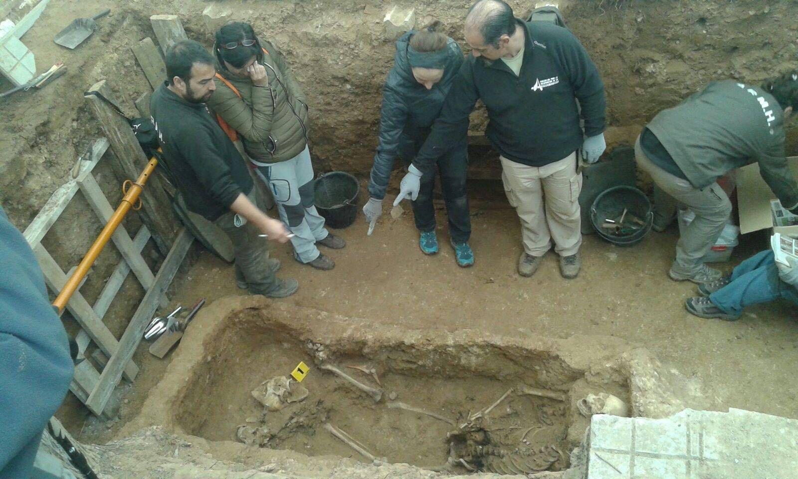<p>René Pacheco, miembro de la ARMH, muestra a Chon Vargas, nieta de Timoteo Mendieta, los restos del que podría ser su abuelo.</p>