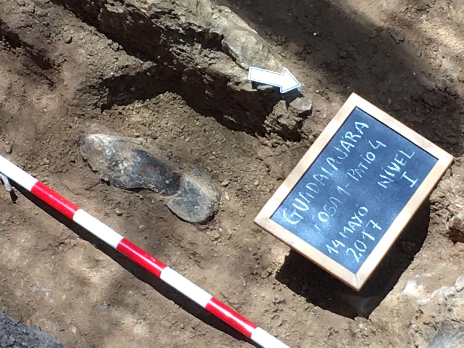 <p>Un zapato, desenterrado en el nivel 1 de la fosa número 1, junto a una pizarra con datos. </p>