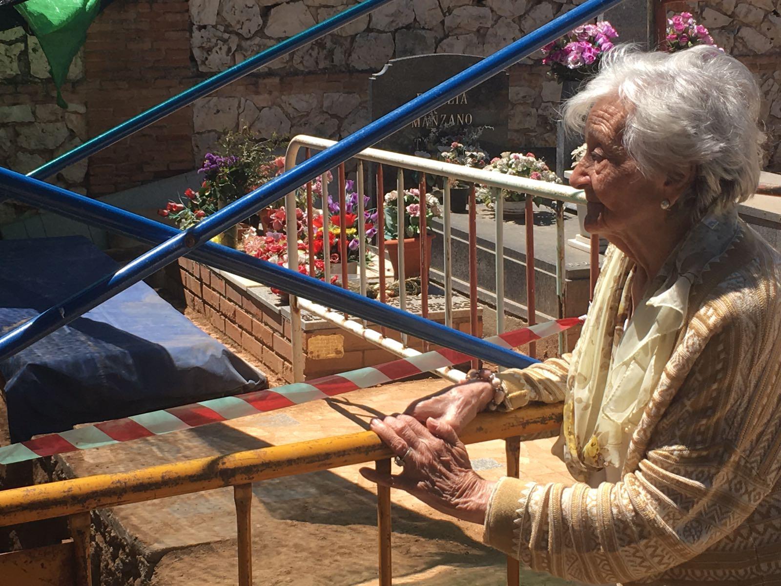 <p>Ascensión Mendieta observa los trabajos de la ARMH en la fosa número 1 del cementerio de Guadalajara.</p>