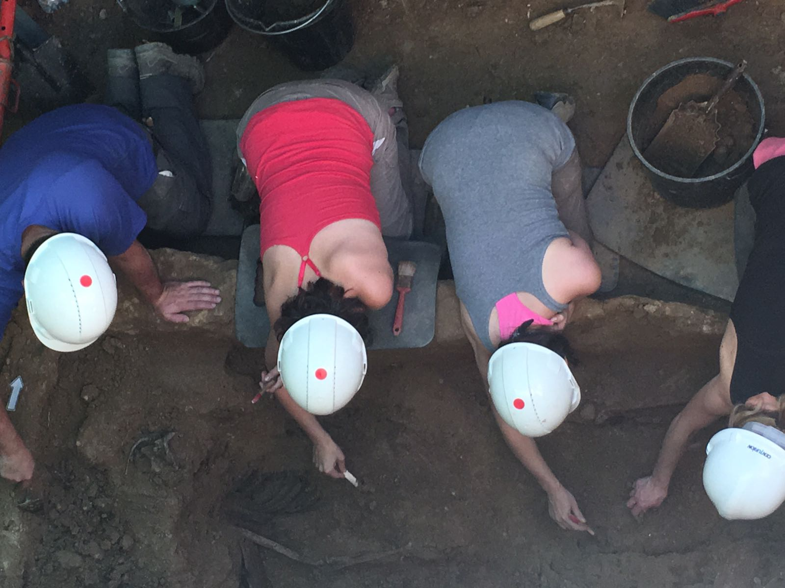 <p>El equipo de la ARMH trabaja en uno de los cuerpos encontrados en la fosa nº 1 del cementerio de Guadalajara.</p>