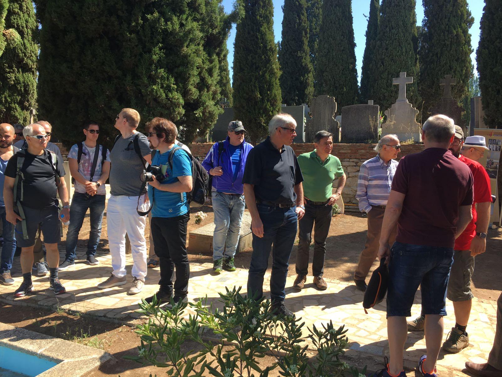 <p>Los miembros del sindicato noruego de electricistas Elogit, principales donantes de la exhumación, visitan el cementerio de Guadalajara.</p>