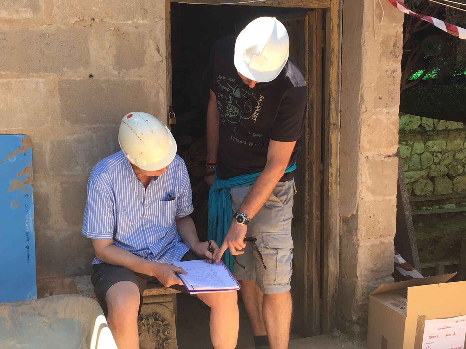 <p>Larry y Adam, arqueólogos de la Universidad de Londres, apuntan datos sobre la exhumación.</p>