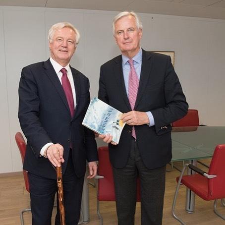 <p>Elsecretario de Estado del Reino Unido, David Davis, y el negociador jefe de la UE, Michel Barnier, el pasado lunes 19 de abril en Bruselas.</p>