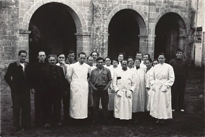 <p>Trabajadores del hospital psiquiátrico La Cadellada posando ante la iglesia del monasterio de Santa María de Valdediós en enero de 1937.</p>