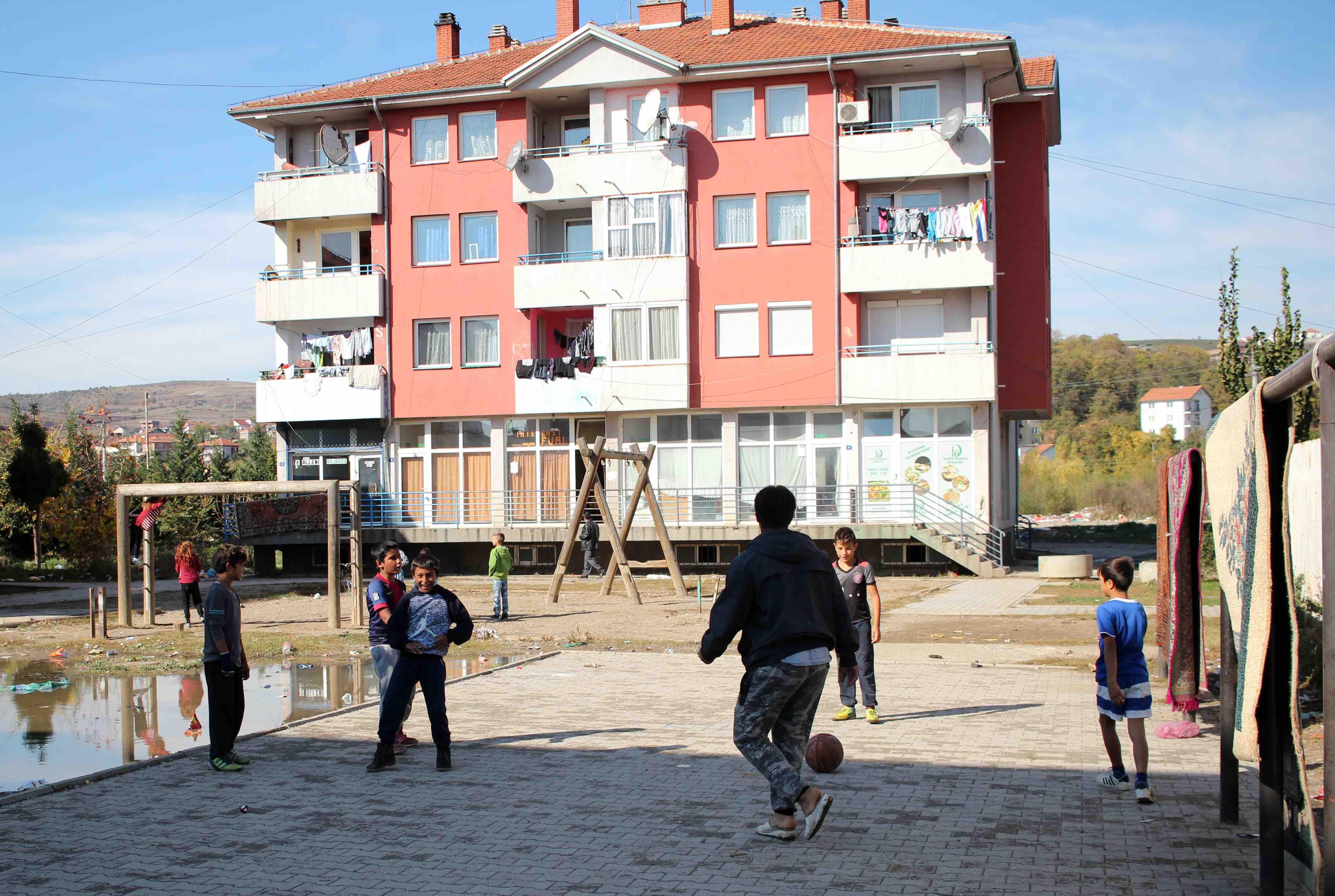<p>Niños y niñas romaníes juegan en un parque del barrio de Mahalla deMitrovicë</p>