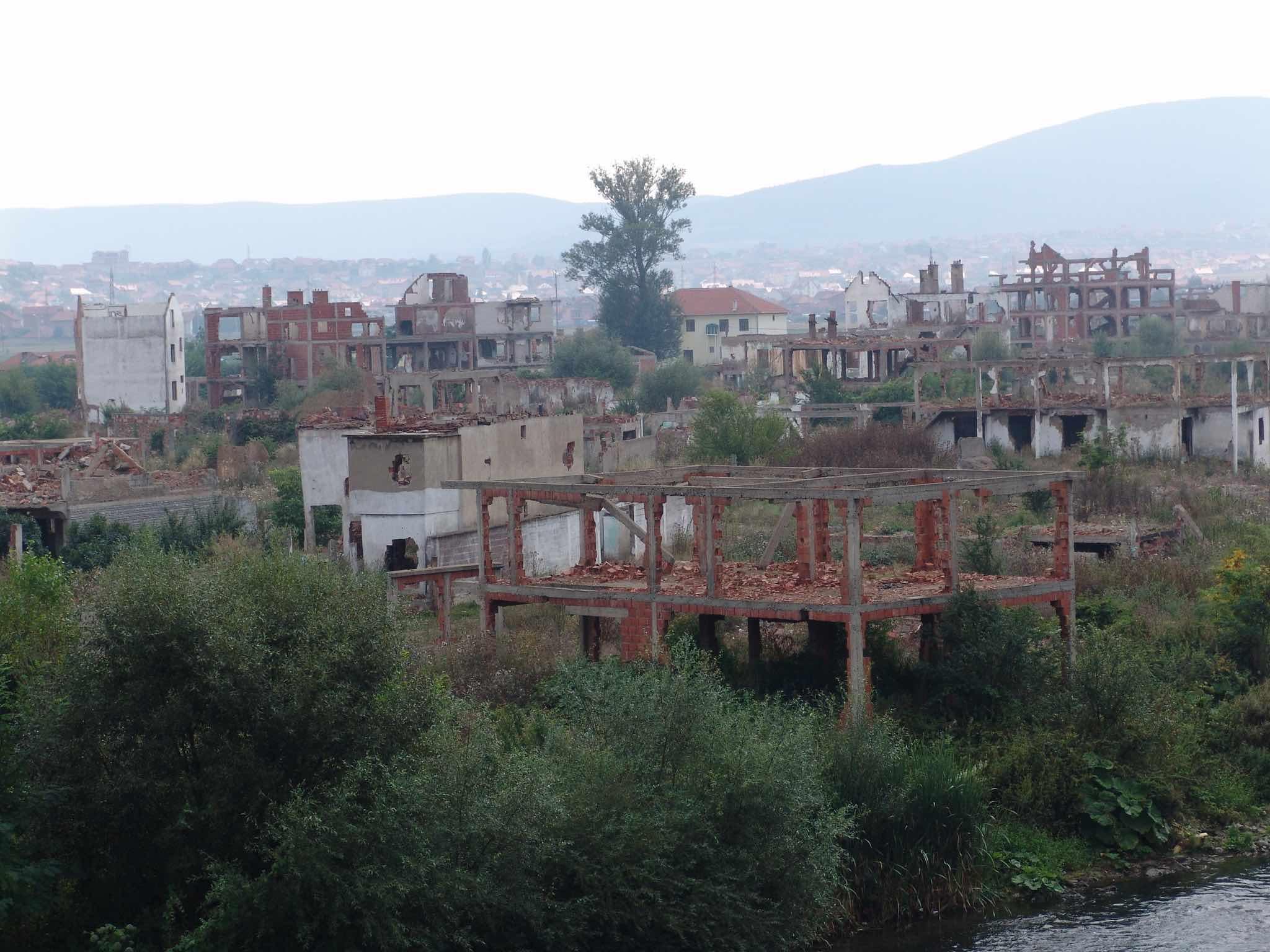 <p>En barrio de Mahalla quedó destruido tras los ataques de 1999.</p>