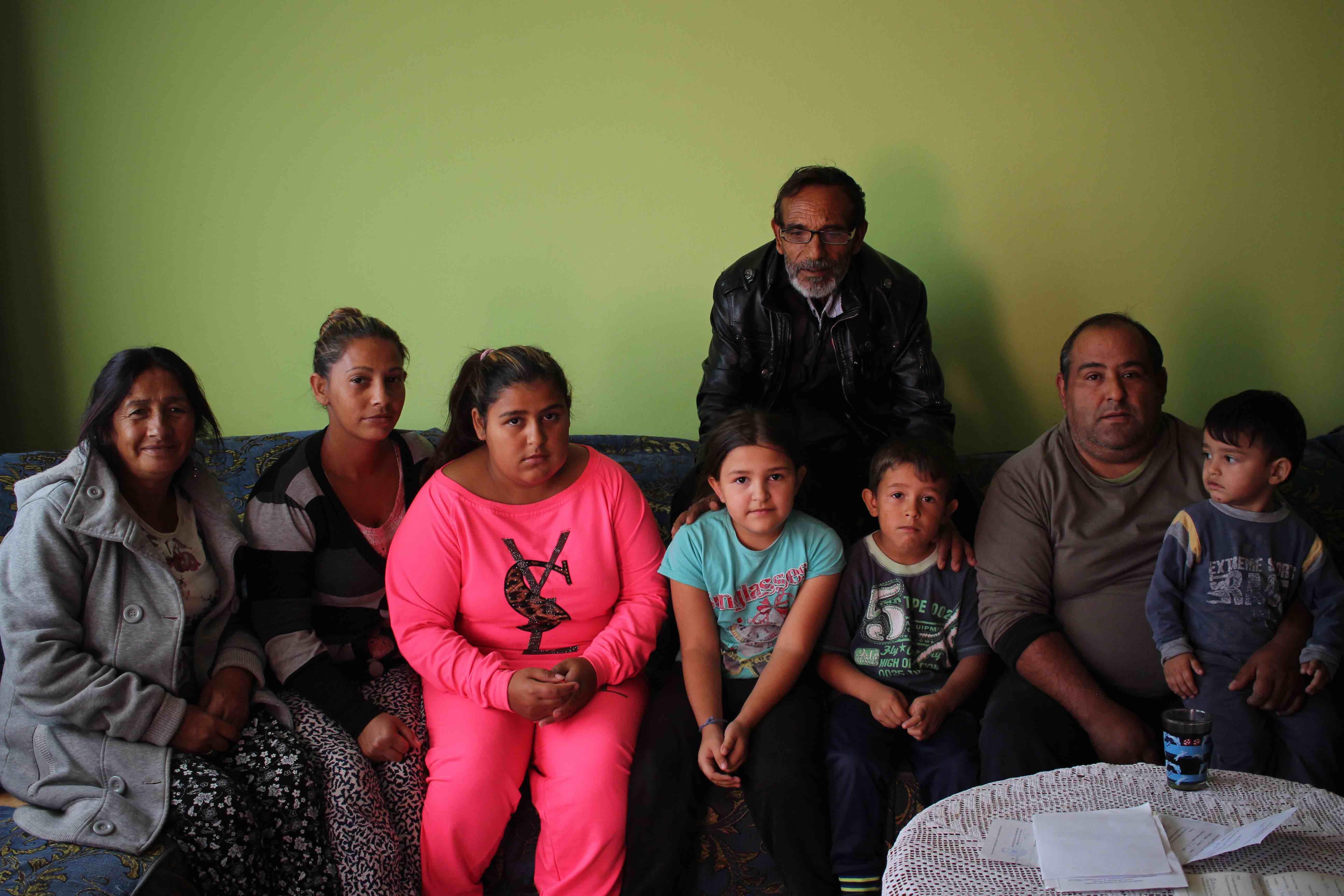 <p>La familia Babkjoks, en el salón de su casa, en el barrio de Mahalla.</p>