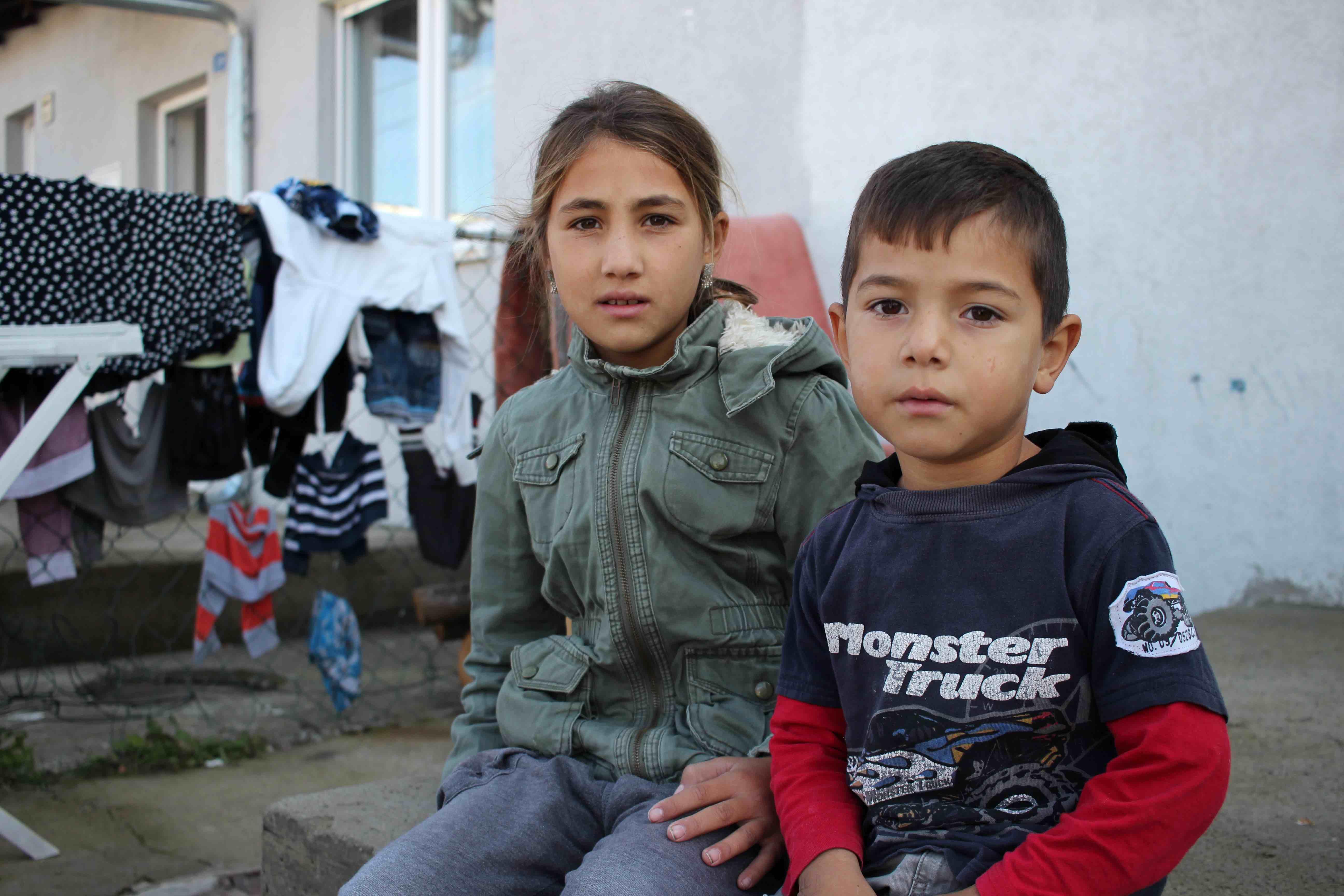 <p>Sellmedin, de 5 años, y Anita, de 10, dos de los cinco hijos de Emine Toska.</p>