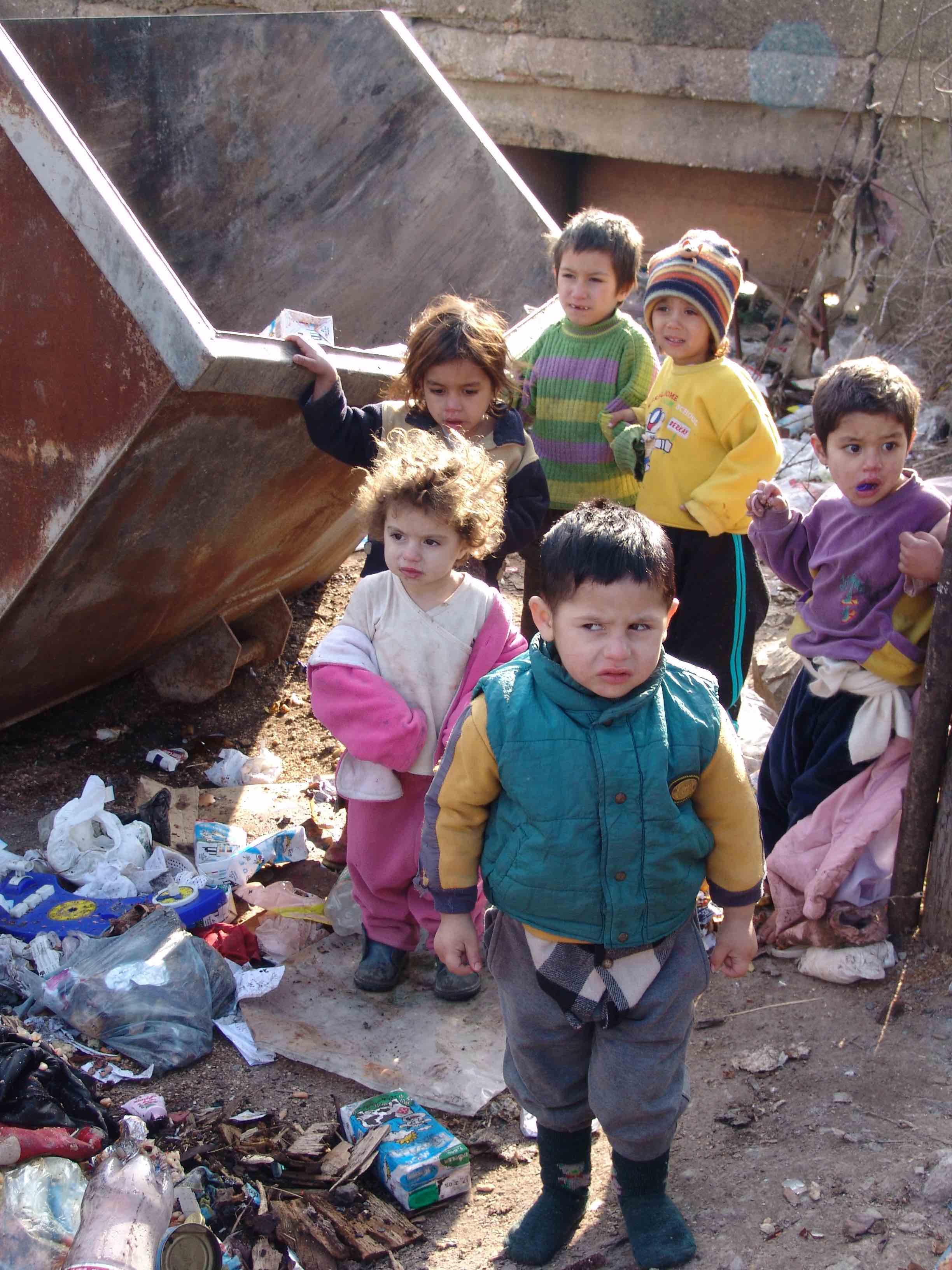 <p>En 2006, niños romaníes caminan entre los contenedores de basura de Cesmin Lug.</p>
