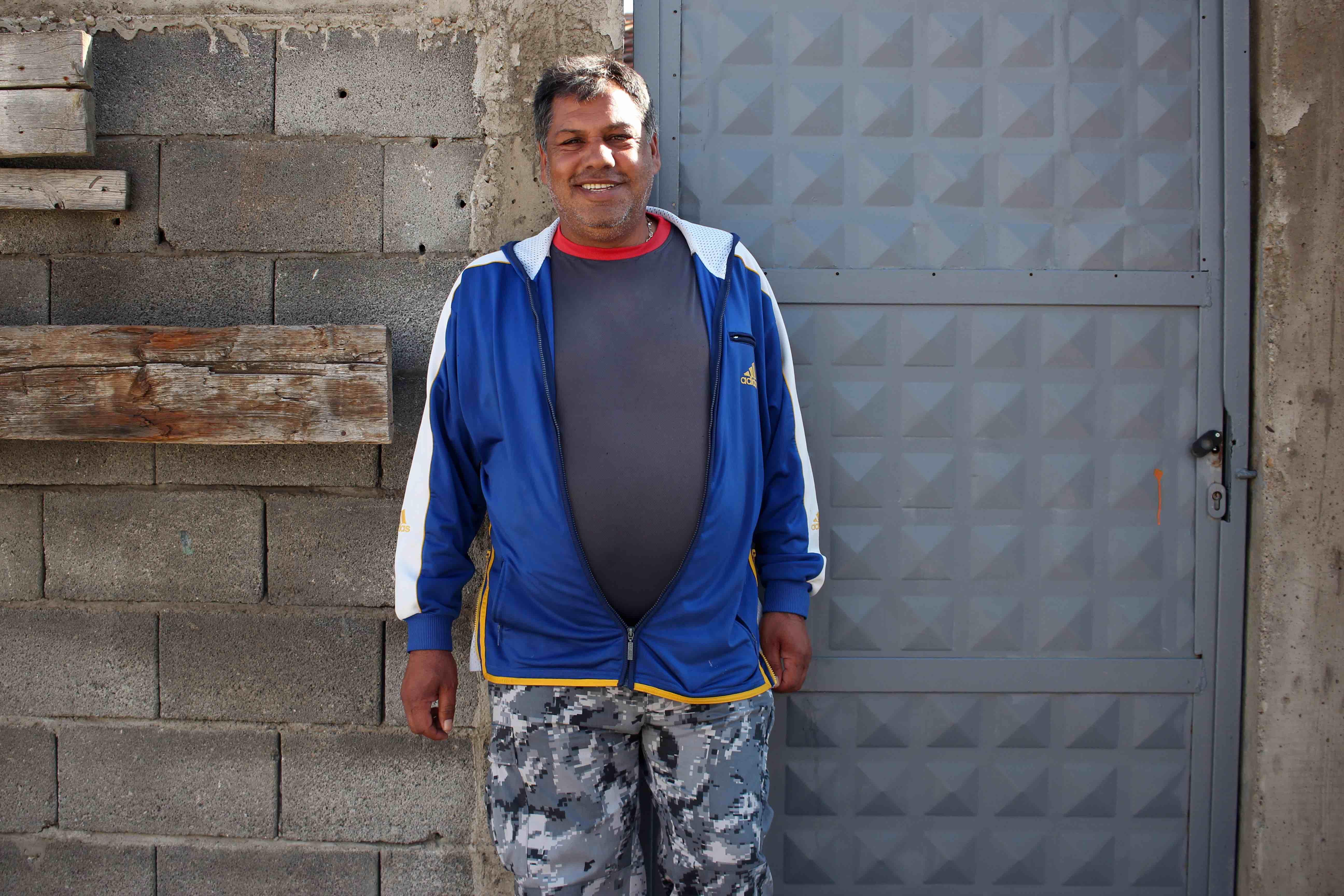 <p>Halil Gushani sonríe en la puerta de su casa del barrio Mahalla deMitrovicë.</p>