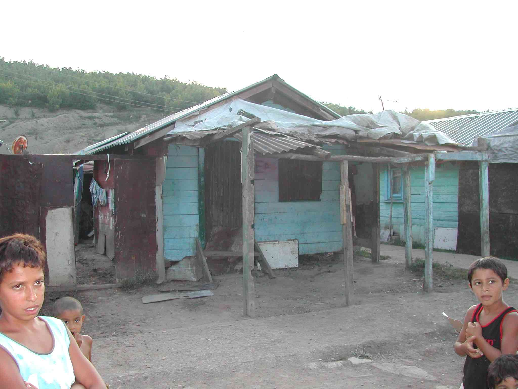 <p>Casa de la familia de Dzenita Mehmeti en el campo de Zhikoc.</p>