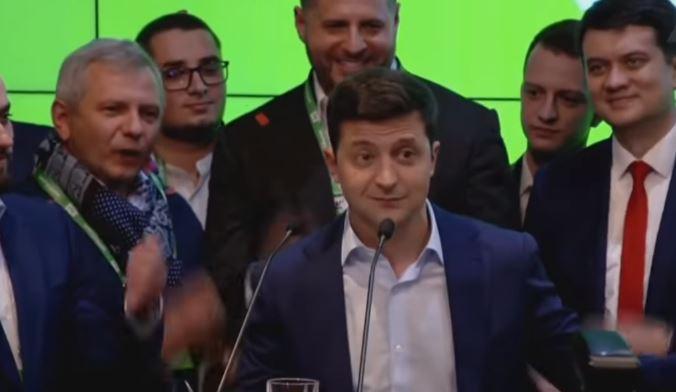 <p>Volodimir Zelensky celebra su victoria en las elecciones.</p>