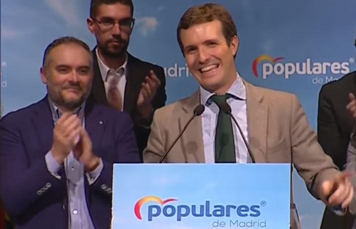 <p>Luis Felipe Muniedas Hernández (de azul) aplaude a Pablo Casado en el acto de presentación de candidatos del PP en la Sierra Norte de Madrid.</p>