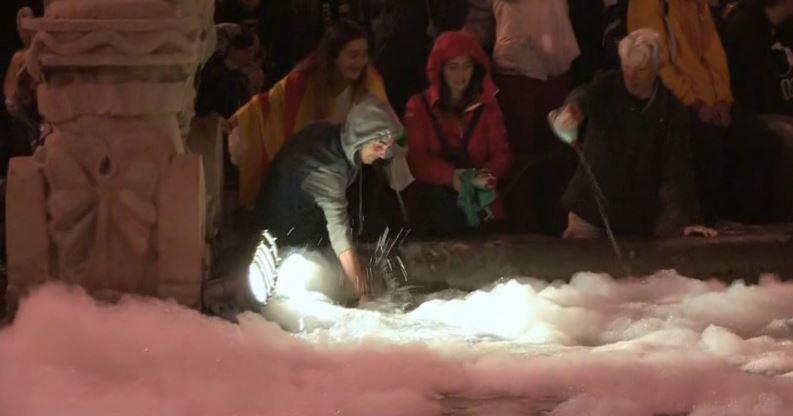 <p>Varias personas echan jabón para vajillas en la fuente de Plaza España (Barcelona) durante una protesta convocada por los CDR.</p>