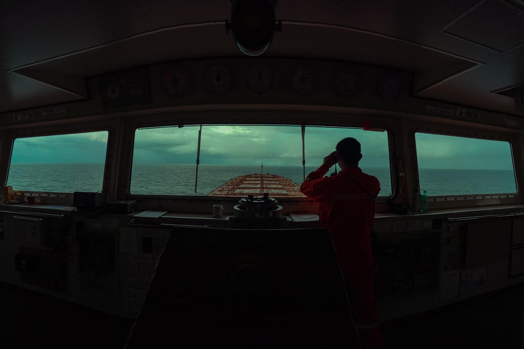 """<p>""""Los marineros siguen navegando y haciendo que el mundo siga en movimiento. Las fronteras y los puertos están cerrados, pero los mares están abiertos. La vigilancia de Kenneth continúa"""".</p> <p>Fecha de la fotografía: N/A</p> <p>Ubicación:N/A</p> <p>Nombre del buque: MV Parker.</p> <p>Nombre del marinero: Kenneth Guilaran.</p>"""