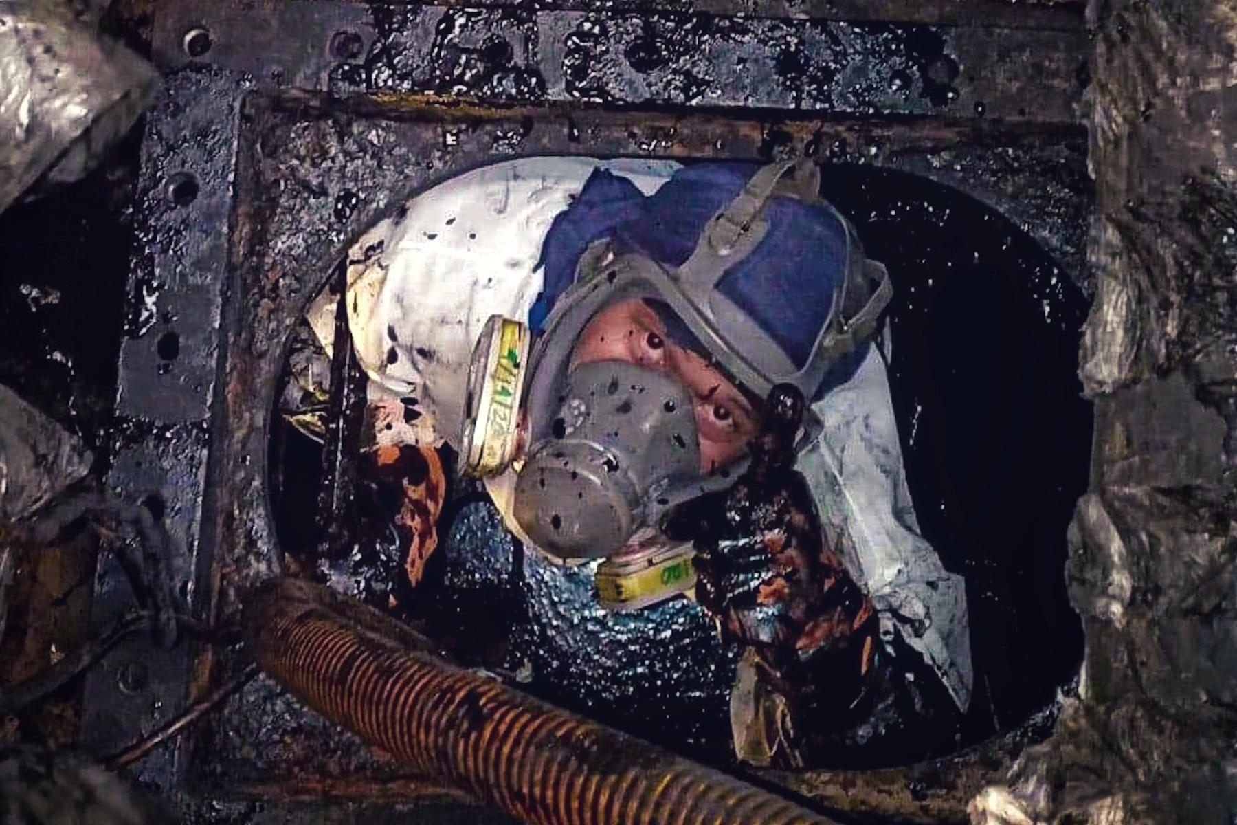 <p>La foto muestra a un padre (marinero) que se sacrifica y trabaja duro para mantener a su familia en medio de esta pandemia.<br />Fecha de la fotografía: 19 de enero de 2020.<br />Ubicación de la fotografía:N/A<br />Nombre del buque: Liberty of the Seas.<br />Nombre del marinero: Yrral Bryan S. Custodio.</p>