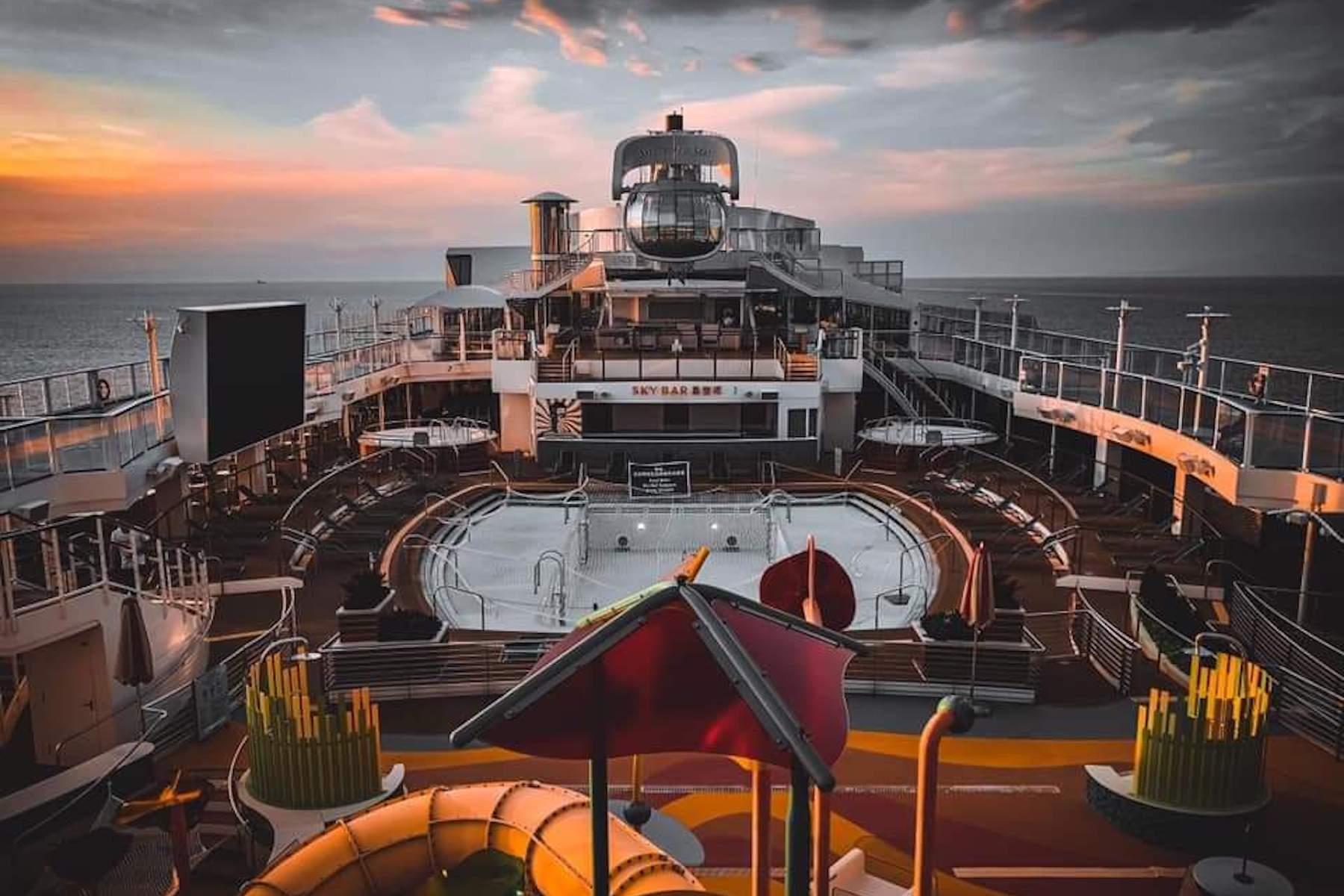 <p>Un marinero comparte una foto de la primera vez que vio la terraza de la piscina bañada por el sol completamente vacía.</p> <p></p> <p>Fecha de la foto: desconocida</p> <p>Ubicación de la foto: N / A</p> <p>Nombre del buque: Spectrum of the seas.</p> <p>Nombre del marinero: Greg Vladimir Ismael.</p>
