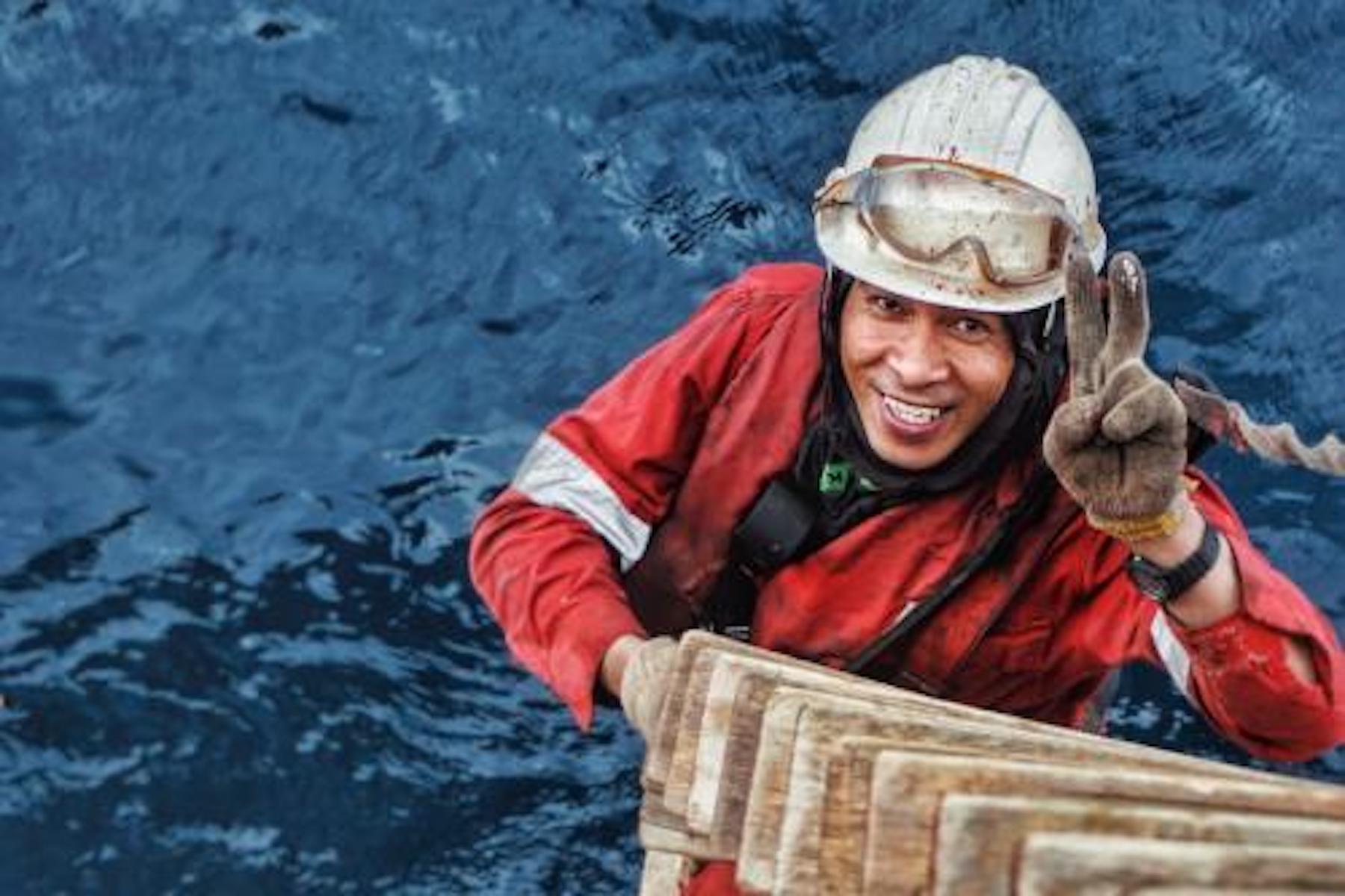 """<p>Bryan Biasura pinta el costado de la RHL Aurora en Singapur. """"A pesar de todas las circunstancias, todo lo que necesitas es respirar y sonreír.""""</p> <p></p> <p>Fecha de la foto: 13 de julio de 2019</p> <p>Ubicación de la foto:</p> <p>Nombre del buque: RHL AURORA.</p> <p>Nombre del marinero: Bryan B. Biasura.</p>"""