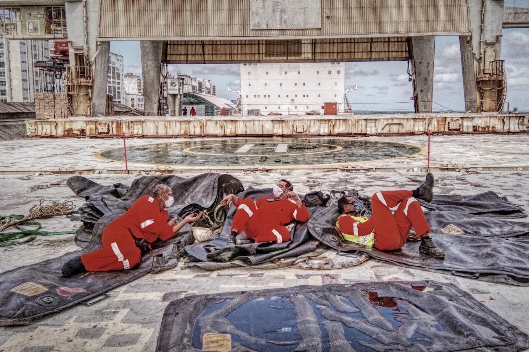 <p>Foto capturada durante una operación de carga en Salvador (Brasil), un epicentro de la pandemia. Tres estibadores acostados sobre una bolsa de aire descansando.</p> <p>Fecha de la foto: 26/08/2020<br />Ubicación de la foto: Salvador, Brasil.<br />Nombre del buque: Mv Hardanger.<br />Nombre del marinero: Philip Erl.</p>